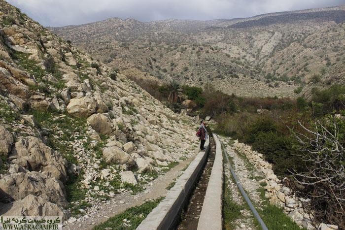 در بخش هایی از مسیر چشمه کانال سیمانی نشانگر مسیر است.