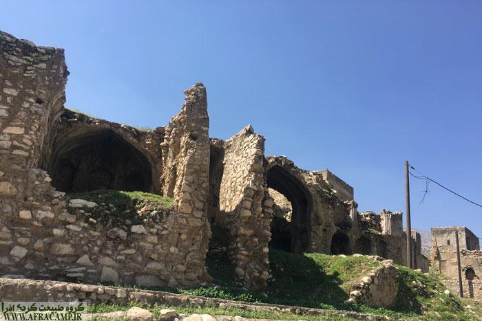 ساختمانی قدیمی در مسیر در نزدیکی دیل جلب توجه می کند.