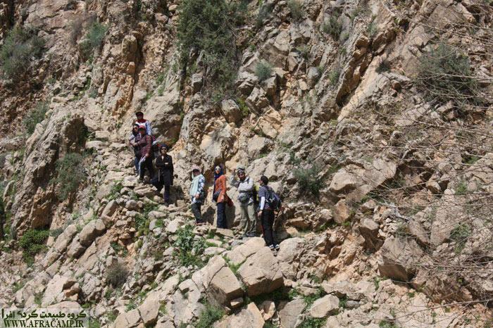 در ادامه مسیر به نقطه ای می رسید که دره تنگ شده و رود از میان آن جاری است. می توانید به جای عبور از کنار رود در سمت چپ آن سوی رود، از پلکان سنگی بالا بروید و مستقیم راه مارین را پیش بگیرید.
