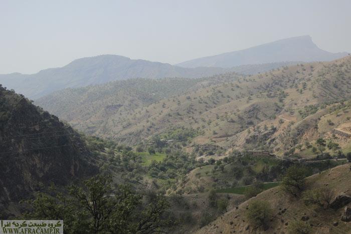 در مسیر کمر دوغ جاده ارتفاع گرفته و دره های زیبا خودنمایی میکنند.