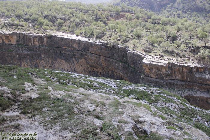 اینجا کمردوغ است. چند خانه روستا را گذر کردیم. اینجا دره ای عمیق است و به دنبال آبشار هستیم. اما آبشار از این نقطه پیدا نیست. می بایست از مسیر راست دره پایین رفته تا این پدیده زیبا را پیدا کنیم.