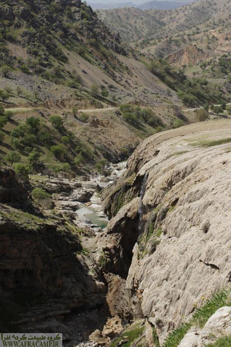 برای رسیدن به کف دره می توان این مسیر را ادامه داد تا نقطه ای که به انتها دره رسیده و سپس در کف دره حرکت کرده و به زیر آبشار رسید.