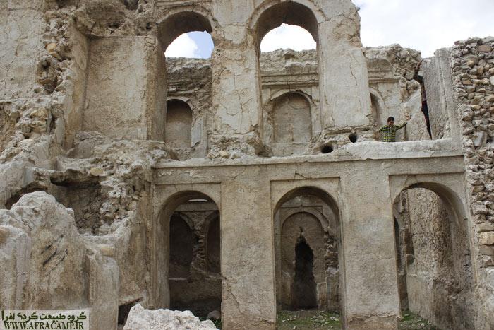 قلعه دیشموک مشرف بر کل شهر است.