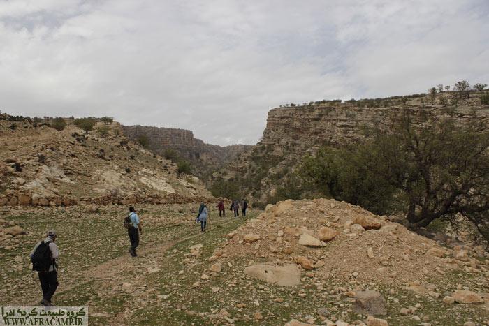 از ده تا دهانه تنگ تقریبا 10 دقیقه ای پیاده روی است که انتهای جاده خاکی ما را به آن می رساند.