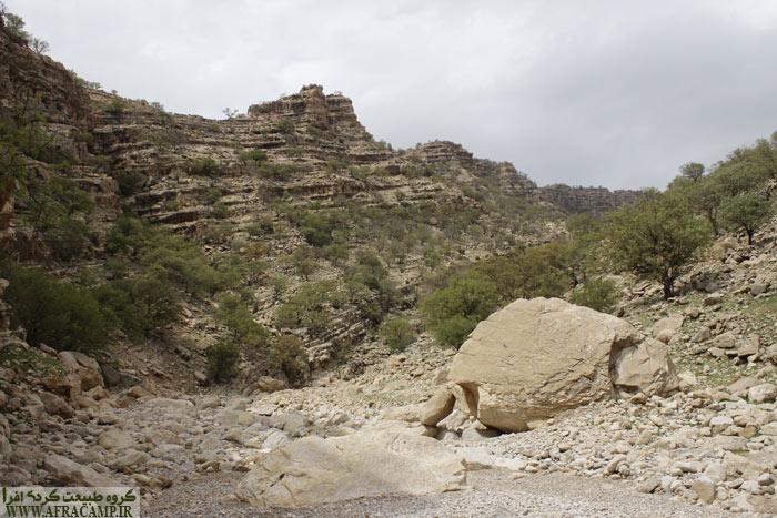 تنگ سندان زیباست ولی بی آب است. مسیر خشکی در میان است. خشکسالی گریبان گیر اینجا هم شده است.