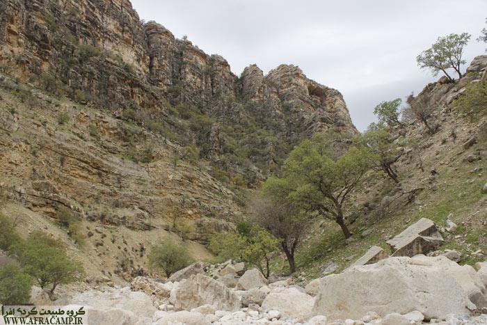 دیواره های بلند و پوشش گیاهی تنگ سندان مورد توجه است.
