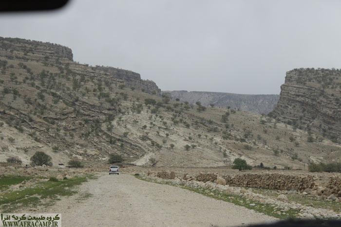 ممبی را گذر کرده ایم و به سمت سندان راهی هستیم. جاده بدون شیب و مستقیم است و خیلی زود به روستای کوچک سندان میرسیم.