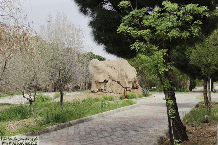 در نزدیکی مسجد در کنار کمربندی جنوبی پارکی ساخته شده که در گذشته حصار شهر ساوه بوده، در اقدامی جالب بخش های باقی مانده از دیوار و حصار شهر حفظ شده است.