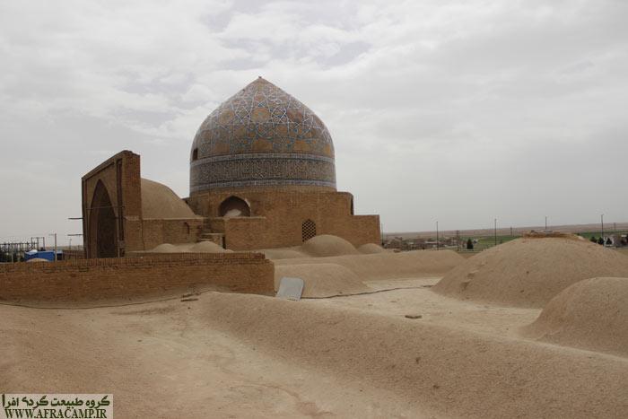 خوش شانس بودیم و توانستیم از پشت بام مسجد نظاره گر گنبد زیبا و حیاط و مناره از زاویه ای دیگر باشیم.