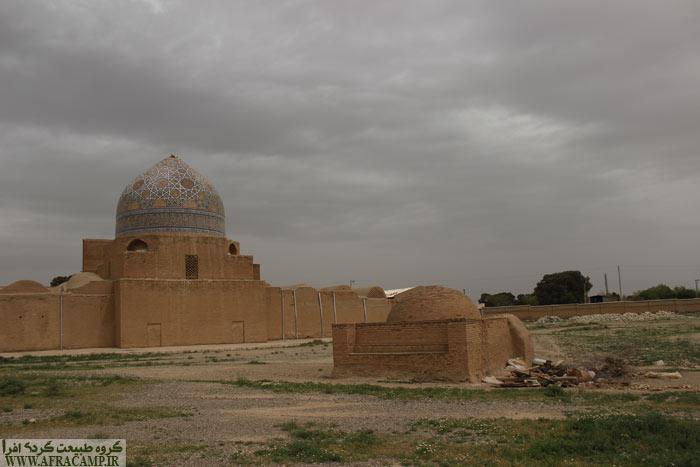 در بیرون از عمارت مسجد ساختمانی کوچک ساخته شده که گویا محل دفن مرمت کاران این مسجد است.