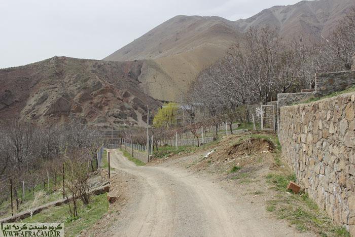 جاده خاکی تا بالای روستا می رود و از آنجا بایستی مسیر جوب سیمانی را به سمت آبشار پیش گرفت.