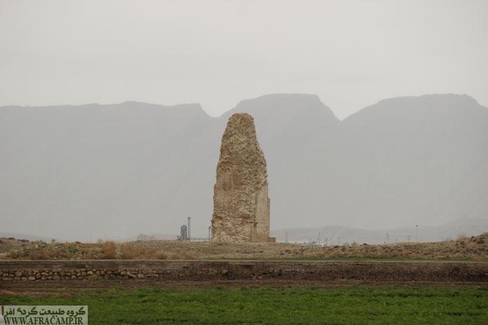 دقیقا در مرکز محوطه باستانی شهر گور این منار بلند سنگی از صدها متر دورتر خودنمایی می کند.