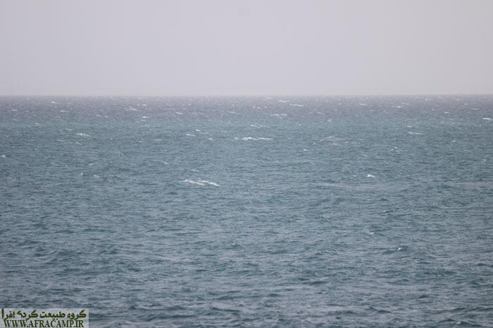 دریا سفید است! همین امواج به ظاهر کوچک برای شناور های کوچک بسیار خطرناک است.