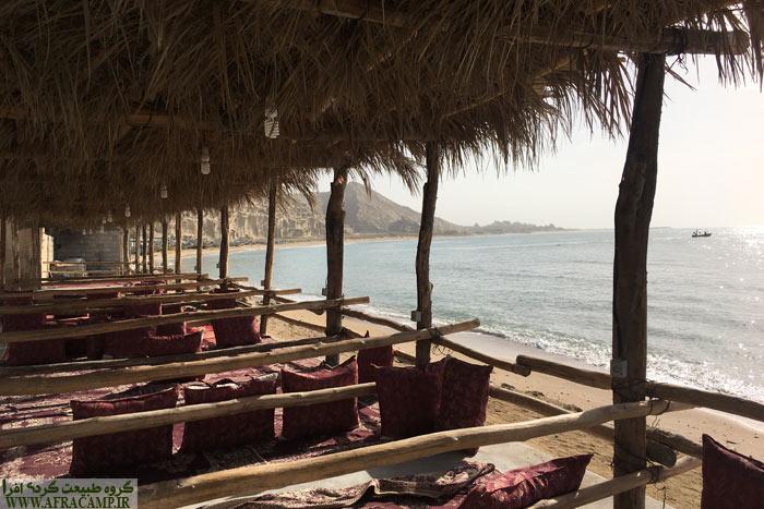 صبحگاه پس از کمپ شبانه در اقامتگاه بندر زیارت. دریا مد شده و آرام است.