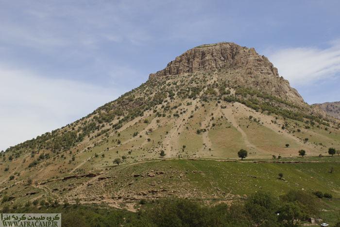 این کوه کوچک در نزدیکی رود آب زز خودنمایی می کرد