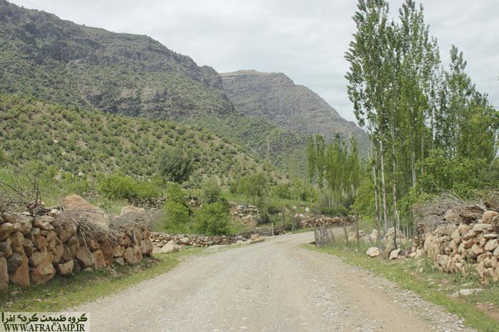 از کنار امام زاده پیرامام یک جاده خاکی به طول 2 کیلومتر را در کنار آب زز ادامه می دهیم که منظره ابشار پیدا می شود.
