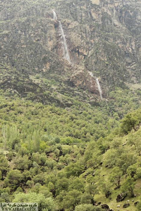 محیط بسیار جذاب است. جنگل های بلوط، رودخانه و آبشار. با شرایطی که داریم امکان رفتن تا پای آبشار، که خیلی هم نزدیک نیست وجود ندارد ولی از تپه بالا می رویم و چشم انداز خوبی پیدا می کنیم.