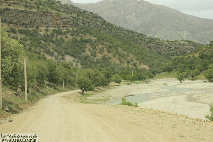 این فرعی به طول 7 کیلومتر خاکی است ولی خاکی خوب و بدون دست انداز و به راحتی تا محل مورد نظر می رسیم. اینجا شبیه تفرجگاه است. آب. رود و سکوی استراحت و ...