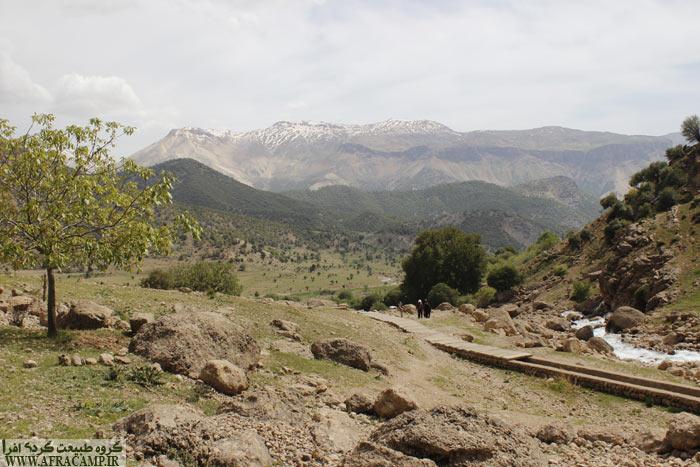 از سمت راست رود پاکوب خاکی شیب دار به سمت آبشار چکان که از دل کوه بیرون میزند می رسد. تقریبا 40 دقیقه پیاده روی در انتظار است.