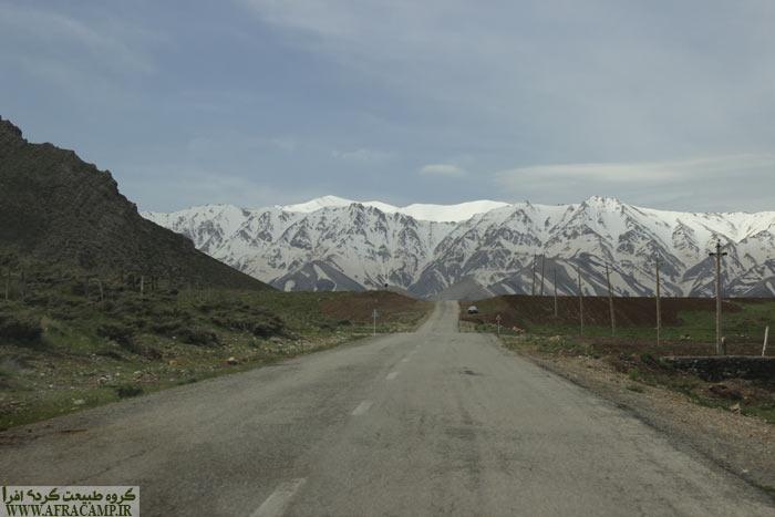 مناظر کوه های برفی و مرتفع منطقه در اواسط اردبیهشت بسیار دیدنی است.