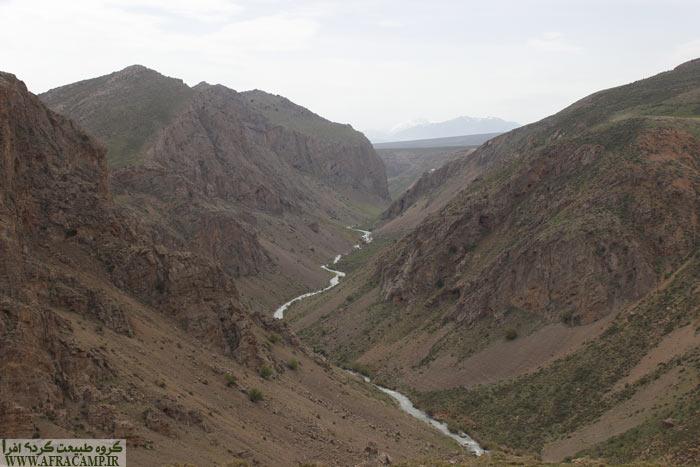 دره عمیق و رودی زیبا که در میان آن می خزد ما را وادار به ترمز کردن برای دیدن این همه زیبایی می کند.