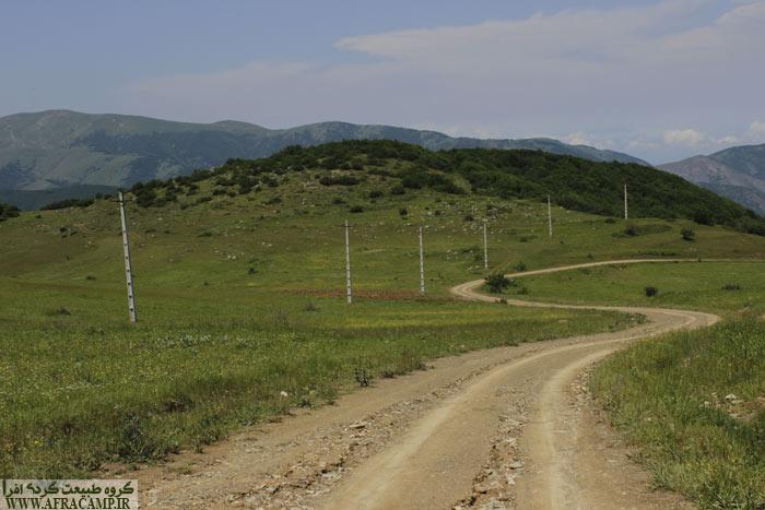در ادامه فقط سرازیری در انتظار است و تقریباً 400 متر ارتفاع کم می کنید.