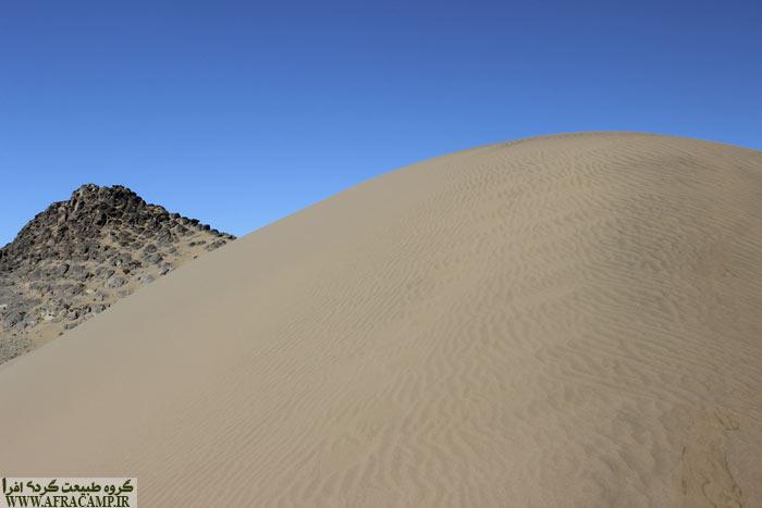 نزدیکی تپه های ماسه ای به روستا مهمترین جاذبه رضاآباد است.