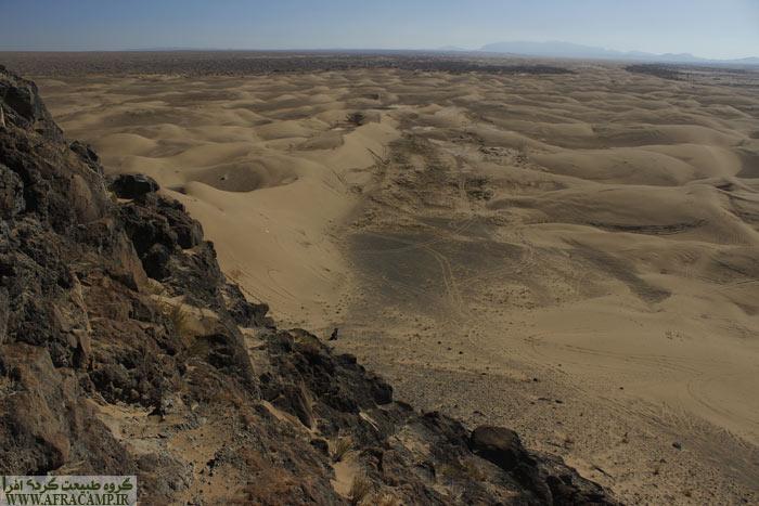 مناظر اطراف از بالای تپه سنگی