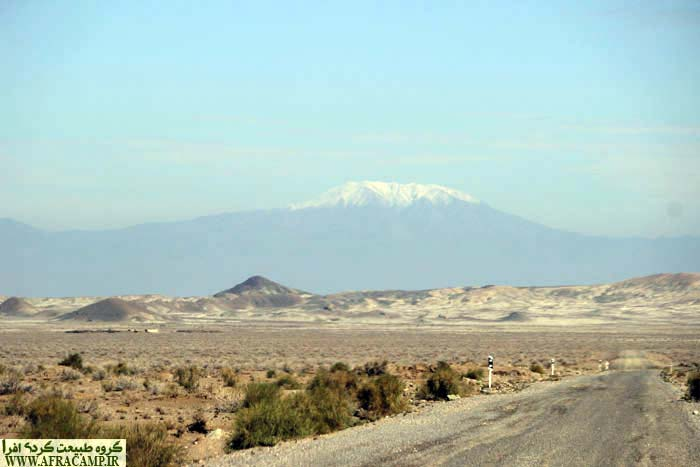 جاده ارتباطی احمد آباد به رضاآباد. دورنمای کوه زر داورزن