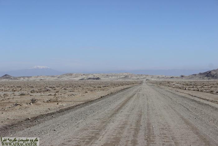 جاده خاکی در برخی نقاط به خاطر سیل شسته شده بود ولی قابل گذر بود.