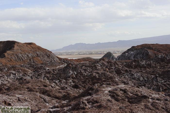 دامشهر در دوردست - به علت وجود انبوهی از دام در این منطقه بوی نامطبوع در بخش هایی از جاده محسوس بود.