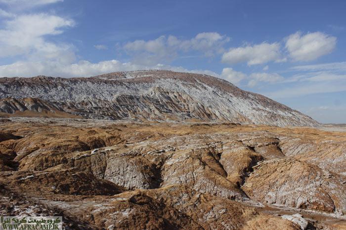 منظره گنبد نمکی قم در یک روز عالی زمستانی